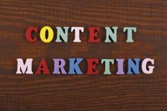 Mot SATISFAIT de VENTE sur le fond en bois composé des lettres en bois d'ABC de bloc coloré d'alphabet, l'espace de copie pour l' image stock