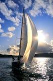 mot segelbåtskyen Arkivfoto