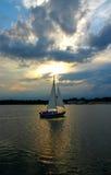 mot segelbåtskyen Royaltyfria Bilder