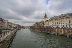 In mot Seinet River Paris, Frankrike Fotografering för Bildbyråer