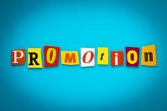 Mot simple - promotion des lettres colorées coupées sur le fond bleu titre Un mot écrivant le texte sur la bannière, carte Inscri photographie stock libre de droits