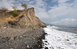 mot skyen för hav för kustpebblesrock Royaltyfri Foto