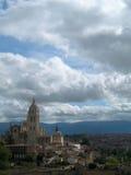 mot skyen för bergstopp för slottstad den molniga Royaltyfria Bilder