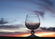 mot solnedgång för crystal exponeringsglas fotografering för bildbyråer