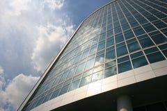 mot stad clouds den ljusa moscow skyskrapan Arkivbild