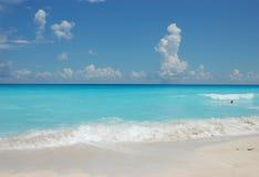 mot turkosvatten för blå sky Royaltyfri Fotografi