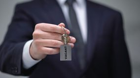 Mot vide sur le keychain dans la main d'homme d'affaires, chambre disponible dans l'hôtel, plan rapproché banque de vidéos