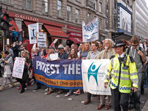 mot visit för personer som protesterar s för london marschpope Royaltyfri Foto
