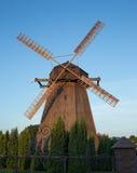 mot windmillen för blå sky Royaltyfri Foto