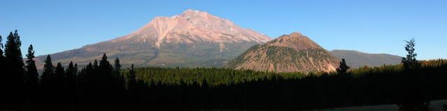 Mota negra de Shasta del montaje de la puesta del sol del verano Imagen de archivo libre de regalías