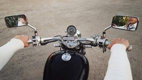 Motard et moto Les mains se ferment vers le haut Images libres de droits