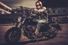 Motard et sa moto de style de bobber Photo libre de droits