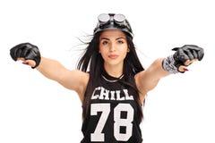 Motard féminin avec le casque montant une moto Photo libre de droits