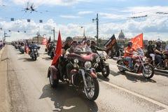 Motards sur des motos avec des drapeaux photos stock