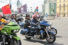 Motards sur des motos avec des drapeaux photographie stock libre de droits