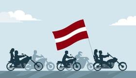 Motards sur des motos avec le drapeau de la Lettonie Photographie stock