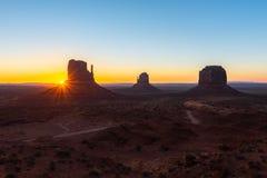 Motas del este y del oeste de la manopla, y Merrick Butte en la salida del sol, parque tribal de Navajo del valle del monumento e Imágenes de archivo libres de regalías