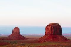 Motas en la puesta del sol, las manoplas, Merrick Butte, valle del monumento, A foto de archivo