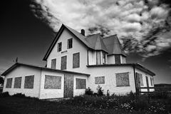 Motel abbandonato in bianco e nero abbandonato, invecchiato, americana, blu, costruendo, nuvola, decadimento, declino, porta, giù Fotografia Stock