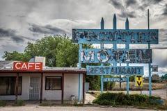 Motel abbandonato di frontiera sull'itinerario storico 66 in Arizona Immagine Stock