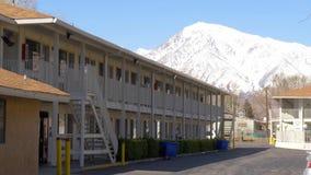 Motel 6 dans la ville d'évêque California - ÉVÊQUE, Etats-Unis - 29 MARS 2019 banque de vidéos