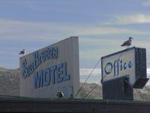 Motel de la Californie avec des mouettes sur le toit Photographie stock