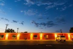 Motel del camino de los E.E.U.U. en la puesta del sol Foto de archivo