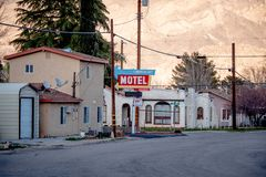 Motel del Timberline en el pueblo histórico del pino solitario - PINO SOLITARIO CA, los E.E.U.U. - 29 DE MARZO DE 2019 imágenes de archivo libres de regalías