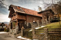 Motel in een mooie houten en steenhuis met houten beeldhouwwerken royalty-vrije stock foto