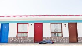Motel en een dronken mens stock foto's