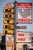 Motel nel villaggio storico del pino solo - PINO SOLO CA, U.S.A. - 29 MARZO 2019 immagini stock