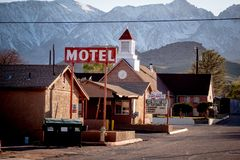 Motel nel villaggio storico del pino solo - PINO SOLO CA, U.S.A. - 29 MARZO 2019 immagine stock libera da diritti