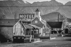 Motel w historycznej wiosce Samotna sosna MARZEC 29, 2019 - SAMOTNY SOSNOWY CA, usa - zdjęcia royalty free