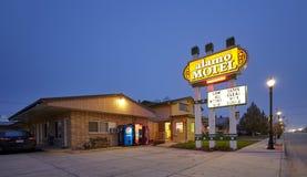 Motel weg von I-90 nachts Lizenzfreie Stockbilder