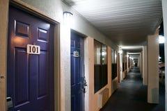 Moteldeuren en Gang bij Nacht stock afbeeldingen