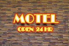 Motell och 24 timme-neontecken Royaltyfria Bilder