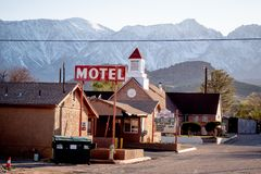 Motellet i den historiska byn av ensamt s?rjer - ENSAMT S?RJA CA, USA - MARS 29, 2019 fotografering för bildbyråer
