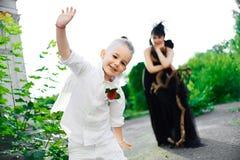 Moter med sonen som spelar ängel, och demonen Arkivfoton