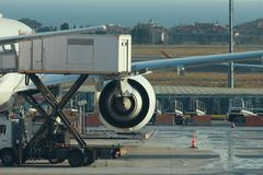 Moteur d'avion dans l'aéroport, se préparant au décollage Image stock