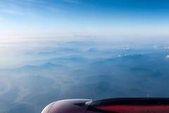 Moteur d'avions au-dessus des gammes de montagne Photos stock