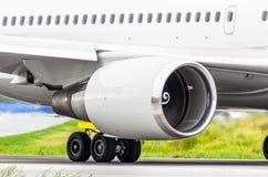 Moteur d'avions sur la piste avant décollage à l'aéroport Image stock