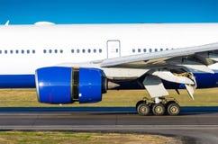 Moteur d'avions sur la piste avant décollage à l'aéroport Photos stock