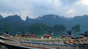 Moteur de bateau devant le paysage du barrage de ratchaprapha Photos libres de droits