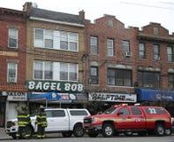 Moteur de FDNY et sapeurs-pompiers devant des entreprises br?l?es apr?s 5 entreprises de br?lures du feu d'alarme ? Brooklyn, New image stock