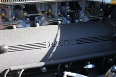 Moteur de Ferrari montrant la couverture et les carburateurs de came Photos libres de droits