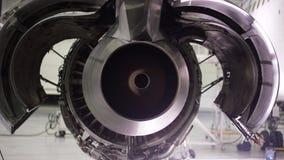 Moteur de l'avion sous l'entretien lourd Entretien des avions, engine plate démantelée Châssis de l'avion banque de vidéos