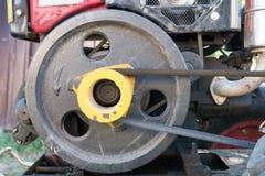 Moteur de mini tracteur utilisé : poulie et ceinture noires Photos libres de droits