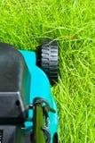 Moteur de pelouse (derrière, non coupés) images stock
