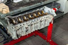 Moteur de rechange utilisé sur une grue montée pour l'installation sur une voiture après une panne et une réparation dans un atel image libre de droits