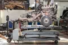 Moteur de rechange utilisé sur une table montée pour l'installation sur une voiture après une panne et une réparation dans un ate photo libre de droits